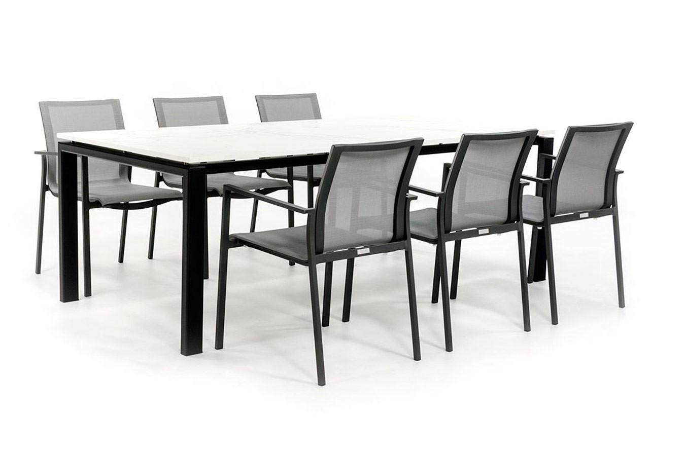 Dekton tafel met stalen onderstel en alu stoelen