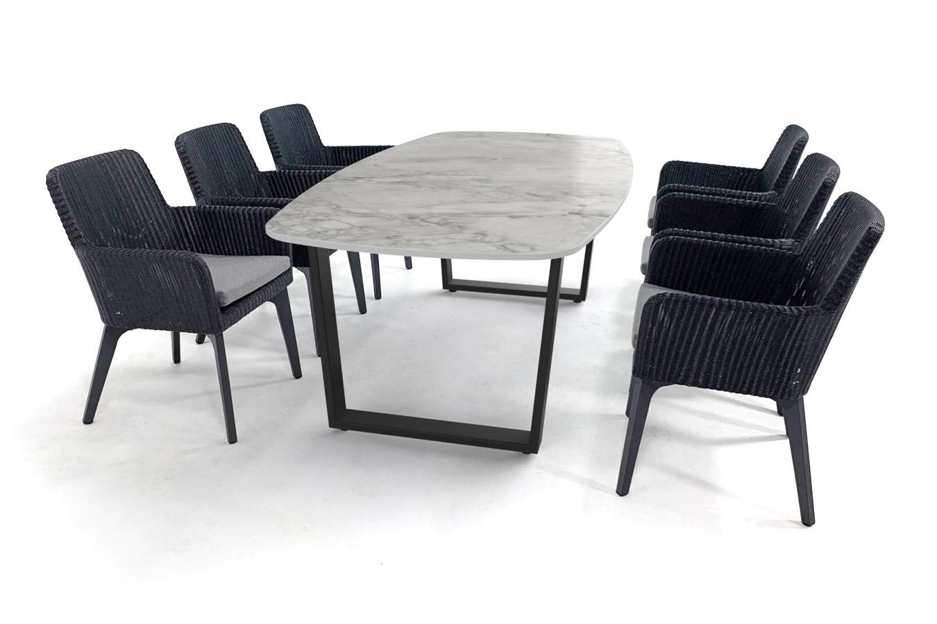 Marmerlook Dekton tafel met zwart gecoat Savona onderstel en Lisboa stoelen