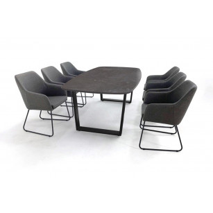 Bootvorm Dekton fossil eettafel met zwart tafelonderstel en sleepoot stoelen