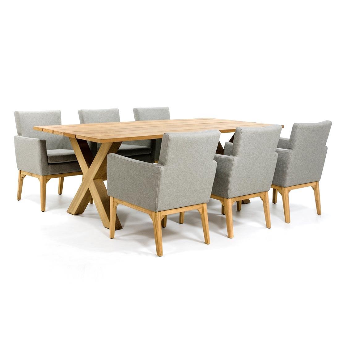 Stoere houten tuintafel met kruispoot onderstel en luxe stoelen