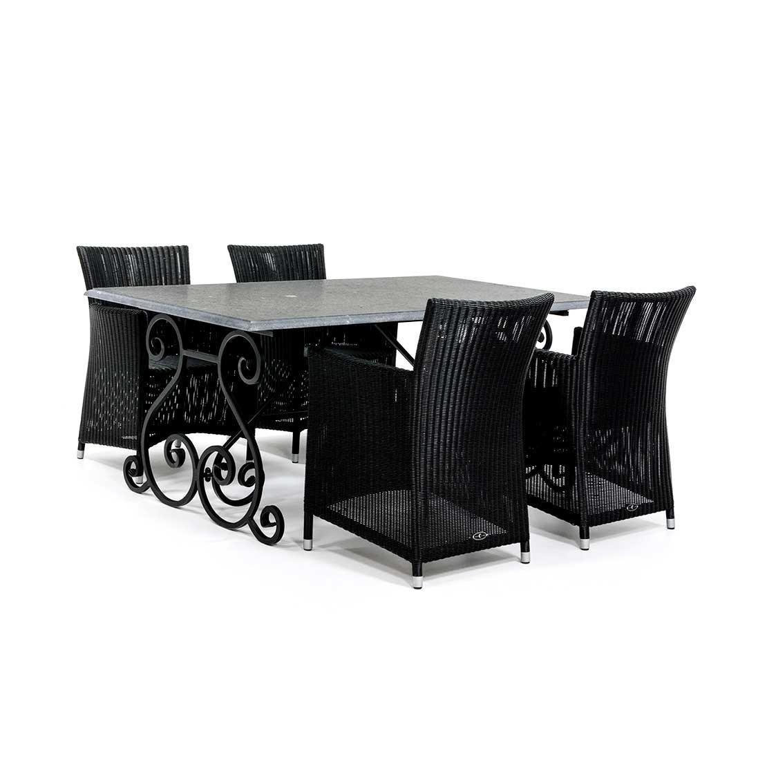 Hardstenen tuintafel met vlechtwerk stoelen