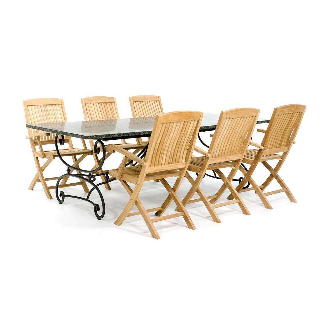 Klassieke tuintafel met houten stoelen