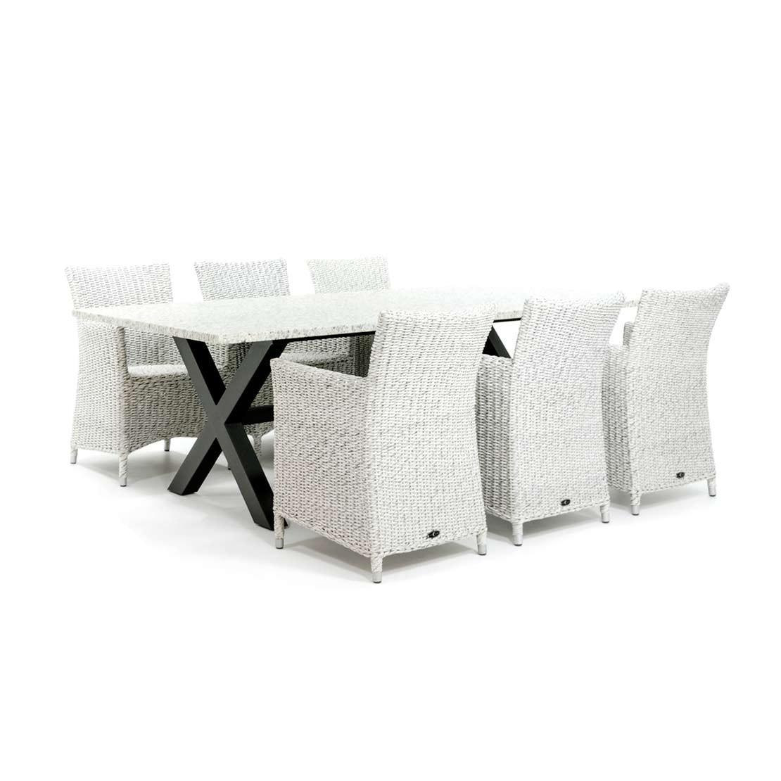 Moderne tuintafel met vlechtwerk stoelen