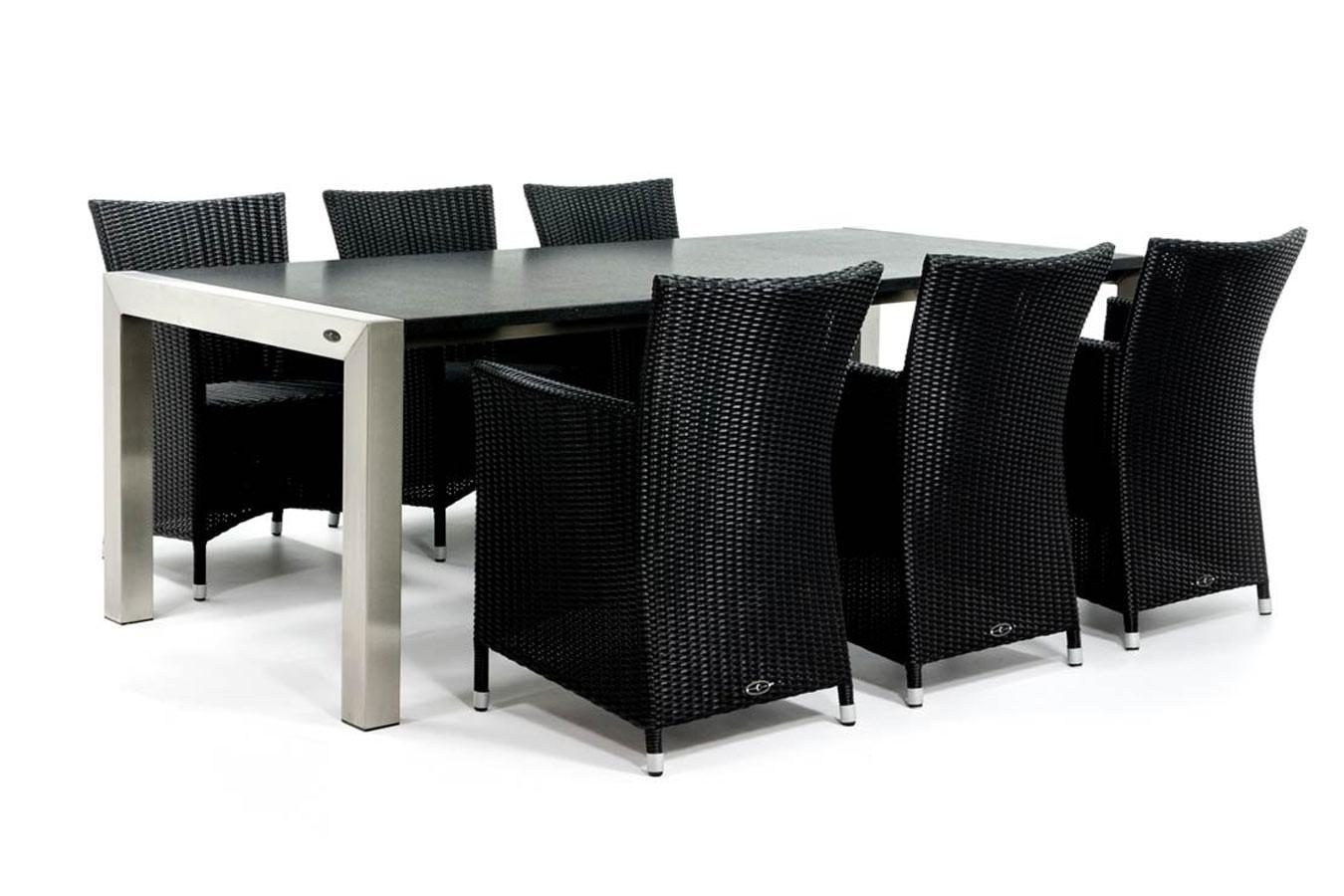 Moderne tuintafel met granieten blad en vlechtwerk stoelen